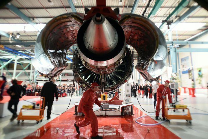 Gelernt, mit wenig Arbeitszeit auszukommen: Übergabe von Flugzeugtriebwerk an Airbus