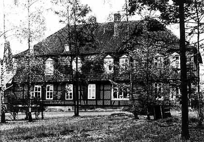 Bauernhaus als Keimzelle: Das Fachwerkhaus auf diesem älteren Schwarz-Weiß-Foto ist der Sitz des Aufsichtsratschefs