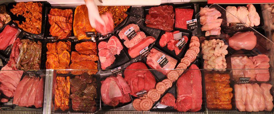 Fleisch im Supermarkt: Discounter informieren darüber, woher die Ware kommt - Rewe, Edeka und andere zögern noch.