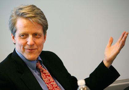 Robert J. Shiller ist Professor für Ökonomie an der Yale-Universität in New Haven, US-Staat Connecticut. Er erforscht vor allem das menschliche Verhalten an den Finanzmärkten, die Forschungsrichtung nennt sich Behavioral Finance. Shiller warnte frühzeitig vor den Spekulationsblasen der Jahrtausendwende und der aktuell geplatzten. Bekannt ist er neben seinen Werken auch für den Case-Shiller-Index, die wichtigste Datenbasis zur Preisentwicklung am US-Häusermarkt. Shiller sprach mit manager-magazin.de in der American Academy Berlin.