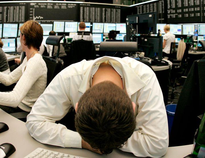 Ein Börsenhändler, ob der Last eines Kursrutsches in sich zusammengesunken. Hedgefonds dagegen können auch an fallenden Kursen kräftig verdienen