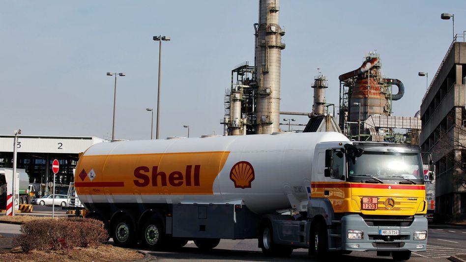 Tanklaster vor Shell-Raffinerie in Wesseling bei Köln: Größer in Deutschland als manche Dax-Schwergewichte