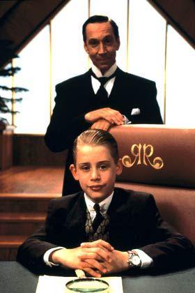 """Butler Cadbury (Jonathan Hyde) umsorgt im Kinostreifen """"Richie Rich"""" den reichsten Jungen der Welt"""