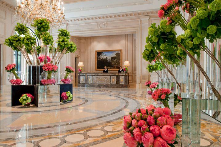 Durch die Blume: Die Kunst der prächtigen Blumenkompositionen von Jeff Leatham können Hotelgäste in einer Floristik-Lektion erlernen.