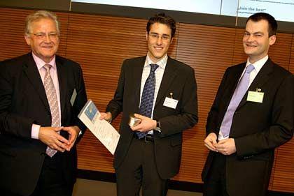 Glücklicher Gewinner: Daniel Schmidt (Mitte) ergatterte das Praktikum der Allianz in Jakarta
