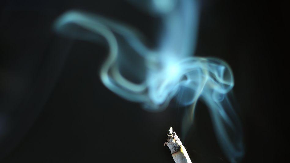 Rauch einer brennenden Zigarette
