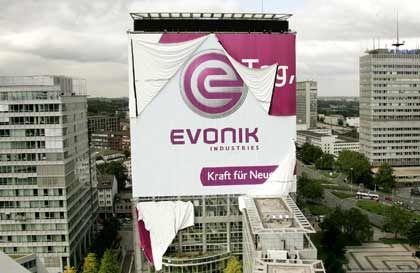 Großformatige Enthüllung: Die ehemalige RAG hat ihre profitablen Sparten in Evonik Industries umbenannt - und den Schriftzug am Konzernhochhaus anbringen lassen