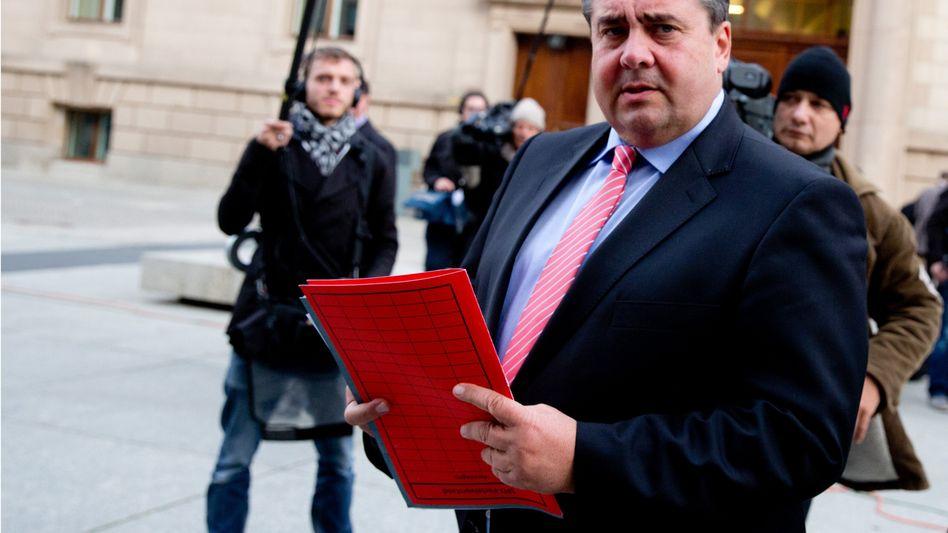Wunschliste in der Hand: SPD-Bundesvorsitzender Sigmar Gabriel