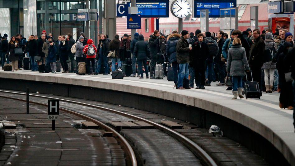 Wartende: Die Bahn will konkurrierende Tarifabschlüsse mit zwei Gewerkschaften für dieselbe Beschäftigtengruppe vermeiden