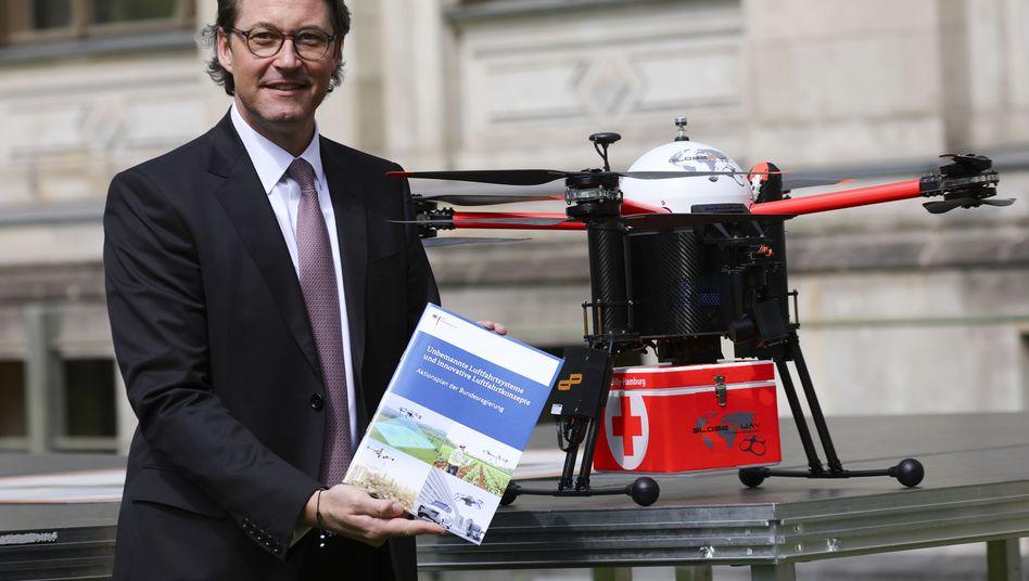"""Bundesverkehrsminister Andreas Scheuer: """"Statt dass Lieferfahrzeuge im Pakete-Boom in den Großstädten in zweiter oder dritter Reihe parken, kommt künftig eine Drohne"""""""