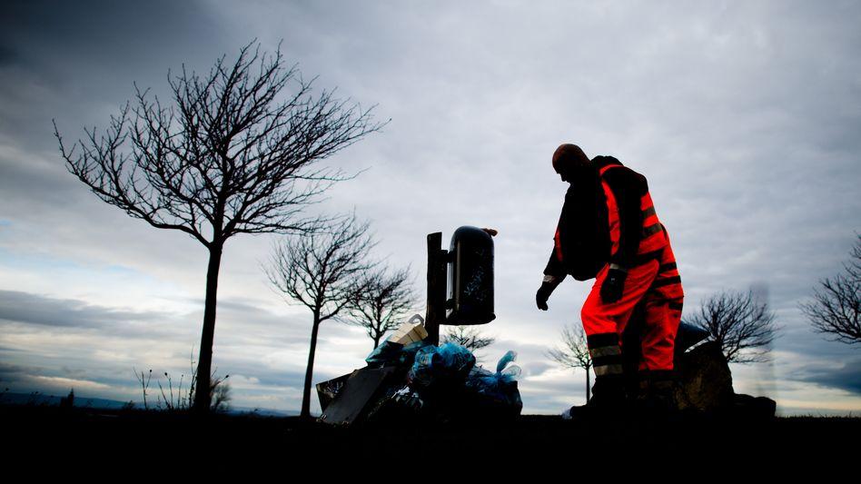 Ein Mitarbeiter der Müllabfuhr in Niedersachsen: Ein Großteil der Kommunen will in diesem oder kommendem Jahr die Gebühren für die Müllentsorgung anheben