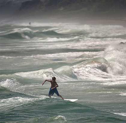 Mutprobe: Ein Surfer nutzt die Wellen in der Nähe von Delray Beach