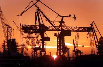 Deutschland bleibt auf dem Spitzenplatz unter den Export-Nationen: Ladekräne im Hamburger Hafen