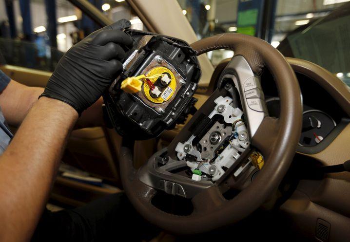 Mai 2015: Der japanische Airbag-Hersteller Takata muss Gefahren bei insgesamt 19,2 Millionen Autos zugeben und läutet damit die bis dahin größte Rückrufaktion der US-Autoindustrie ein