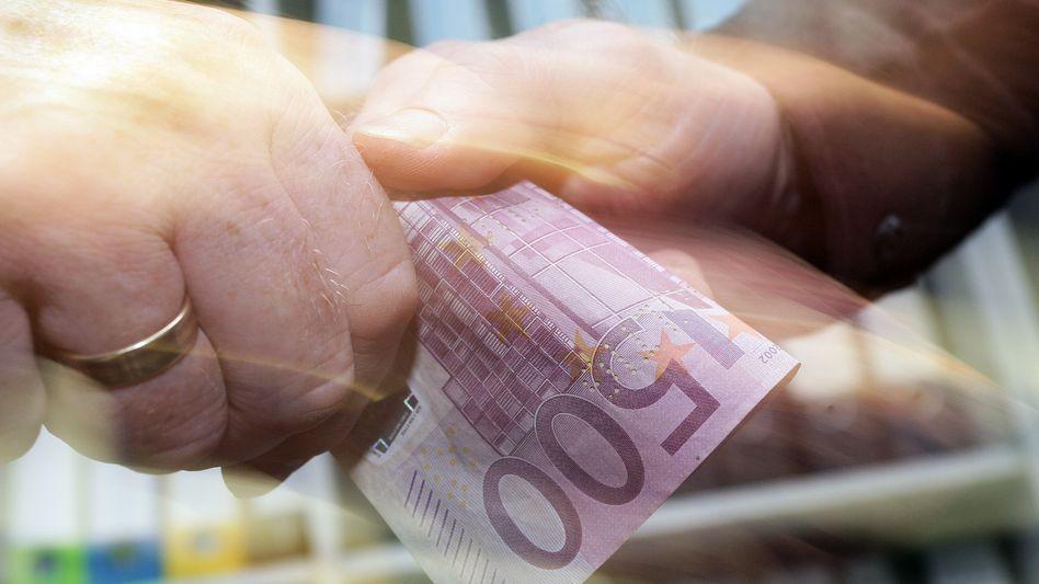 Eine Hand wäscht die andere - und das oft mit Geld. Die Korruption hat weltweit zugenommen, berichtet Transparency International