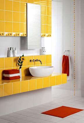 Badezimmer mit gelben und weißen Fliesen