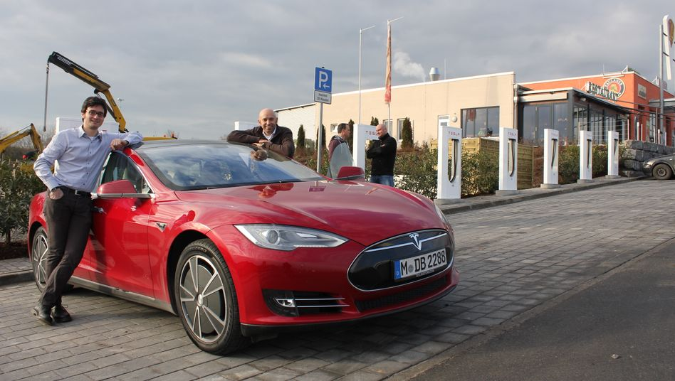 Unterwegs im Tesla S von München nach Amsterdam: Die mmo-Redakteure Nils Sorge und Wilfried Eckl-Dorna (rechts) testen Teslas neues Supercharger-Netz in Deutschland