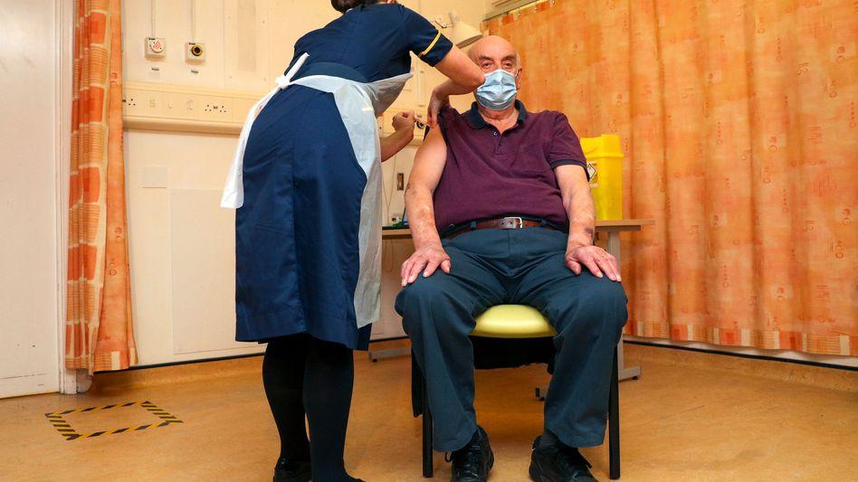"""""""Wirklich stolz"""": Dialysepatient Brian Pinker erhält die erste Impfung in Oxford"""