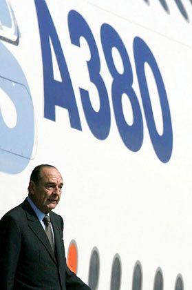 Zwei Schwergewichte: Der französische Präsident Jacques Chirac verlässt den A380