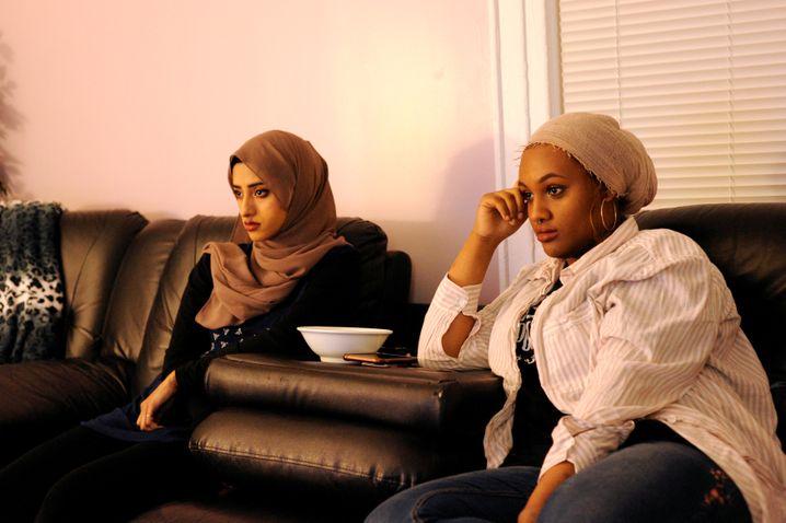 "Tasnim Bushra (l.) und Lina Mohammed (r.) während US-Präsident Trumps ""State of the Union"""