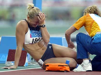 """Trauriges Comeback: Für die deutsche Hürdensprinterin Kirsten Bolm lief der Olympia-Auftritt in Athen alles andere als glücklich. Beim Halbfinale über 100-Meter-Hürden brach die Mannheimerin kurz vor dem Ziel verletzt zusammen. """"Solche Schmerzen hatte ich noch nie. Ich weiß nicht, was es ist"""", schluchzte die 29-Jährige anschließend."""