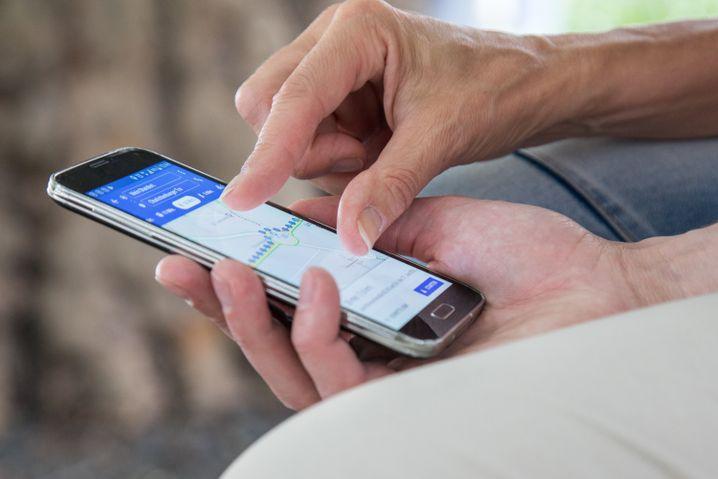 Das Smartphone findet auf Reisen den Weg: Durch Apps und das Internet hat sich das Urlaub machen deutlich vereinfacht.