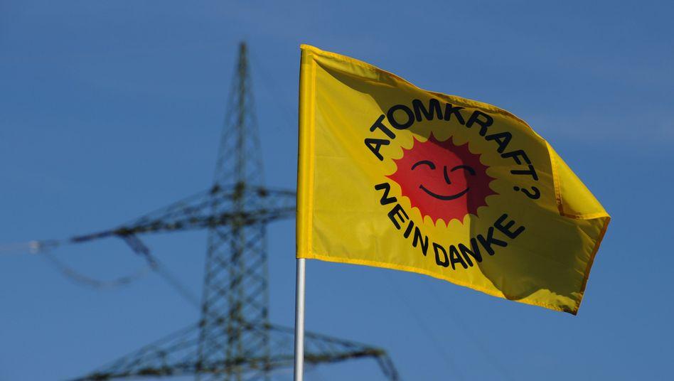 """Ein Flagge mit der Aufschrift """"Atomkraft? Nein Danke"""": Die Koalition streitet über den Fahrplan zum Ausstieg aus der Atomenergie"""