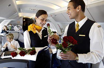Stewardessen und Stewards der Deutschen Lufthansa: Deutlich mehr Geld gefordert