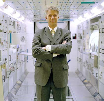 """Arbeit am Boden: Reiter in einem Modell des """"Columbus""""-Moduls für die Raumstation ISS"""