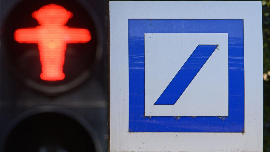 Deutsche-Bank-Logo: Das Institut will rund 100 Filialen schließen