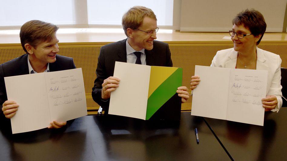Künftiger Sozialminister Heiner Garg (FDP), Ministerpräsident Daniel Günther (CDU) und Finanzministerin Monika Heinold (Grüne) mit Koalitionsvertrag