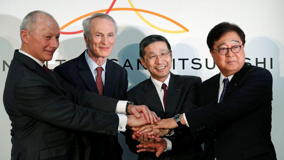 Alle für einen, einer für alle: Thierry Bollore (Renault), Jean-Dominique Senard (Renault), Hiroto Saikawa (Nissan), Osamu Masuko (Mitsubishi) besiegeln neues Führungsgremium (v.l.)