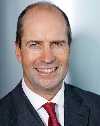 Michael Ganal kam 1996 von Daimler-Benz Aerospace zu BMW zurück. Dort ist der promovierte Jurist seit Oktober 2000 als Vorstand für den Bereich Vertrieb und Marketing verantwortlich