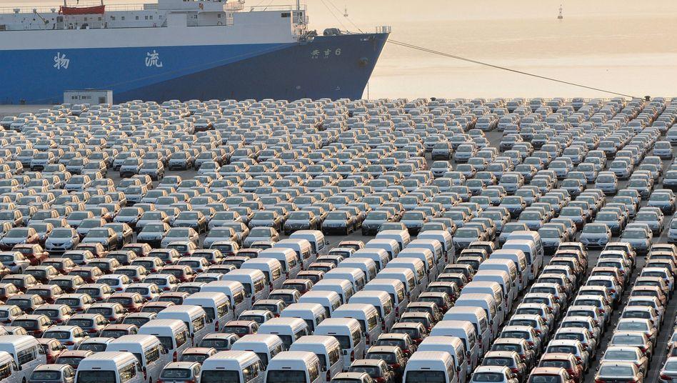 Autos im Hafen von Dalian: Nach jahrelangem Wachstumsboom hielten sich die Chinesen beim Neuwagenkauf zuletzt spürbar zurück