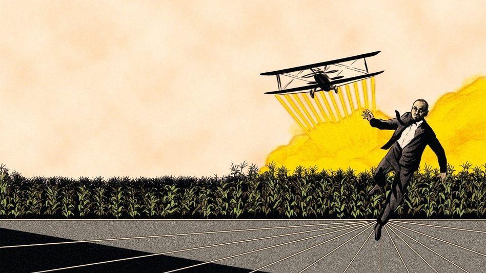 """Toxisches Übernahmeziel:Mit Monsanto kaufte sich Bayer-ChefBaumannauch die Klagen gegen den Unkrautvernichter Glyphosat ein. Seine Lage gleicht nun der von Cary Grant, der im Hitchcock-Thriller """"North by Northwest"""" von einem Flieger attackiert wird, mit dem Farmer sonst Herbizide versprühen."""