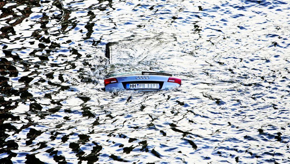 Wenn die Flut kommt: Versunkenes Auto am Hamburger Fischmarkt.