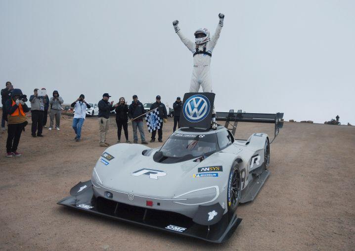 So jubeln Gipfelstürmer: Frances Romain mit seiner Elektroauto-Rakete von Volkswagen nach der Rekordfahrt auf den Pikes Peak