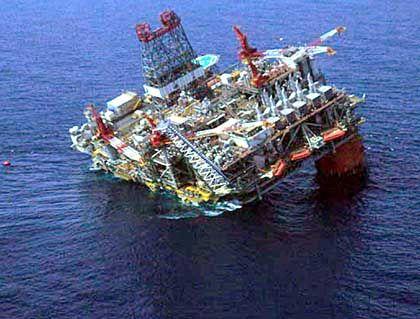 Ölplattform von BP im Golf von Mexiko: Hurrikan Dennis hatte 2005 schwere Schäden hinterlassen. Zu Beginn der Hurrikan-Saison im September steigen in der Regel die Ölpreise