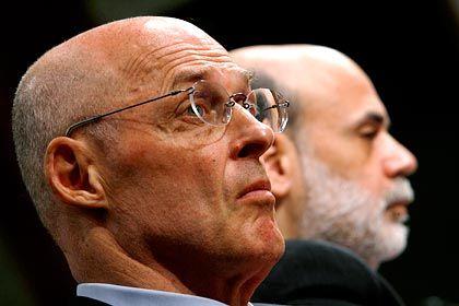 Betretenes Schweigen: Gegen Ex-Minister Paulson (l.) und Fed-Chef Bernanke werden Vorwürfe erhoben