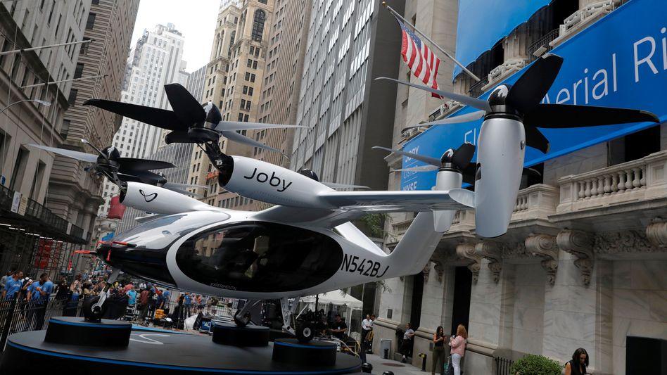 Hoffnungswert: Zum Börsenstart karrten die Joby-Eigner eines ihrer Flugtaxi-Modelle nach New York und bauten es in der Wall Street auf