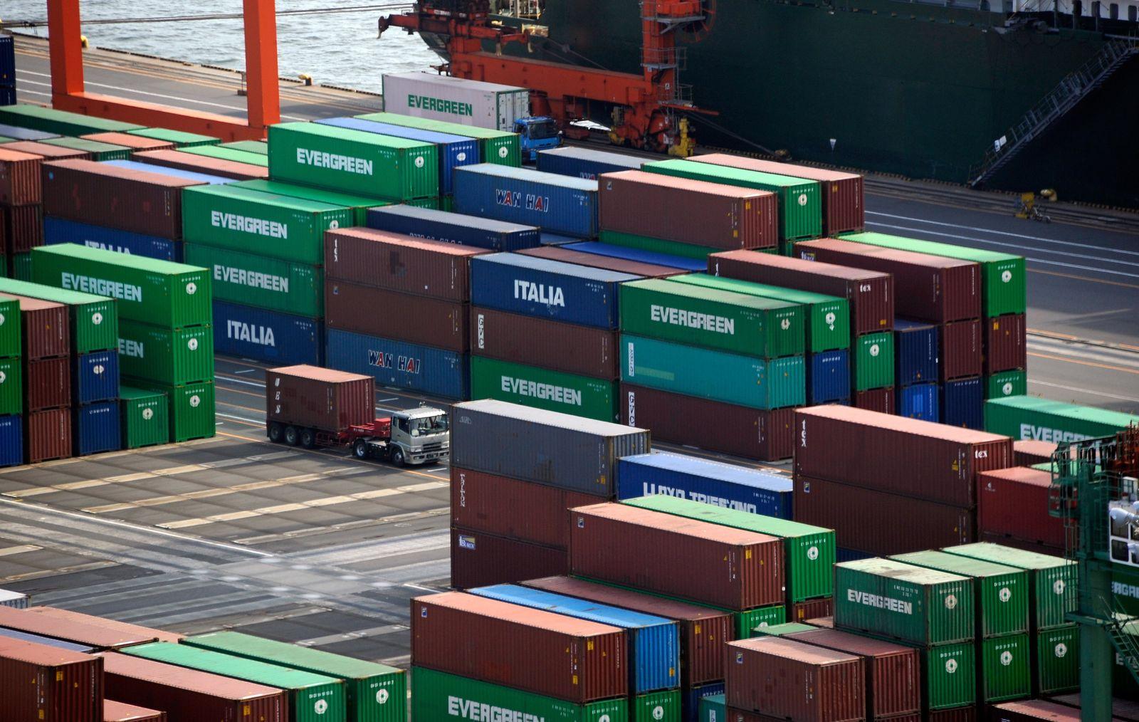 Japan / Hafen in Tokio und Container