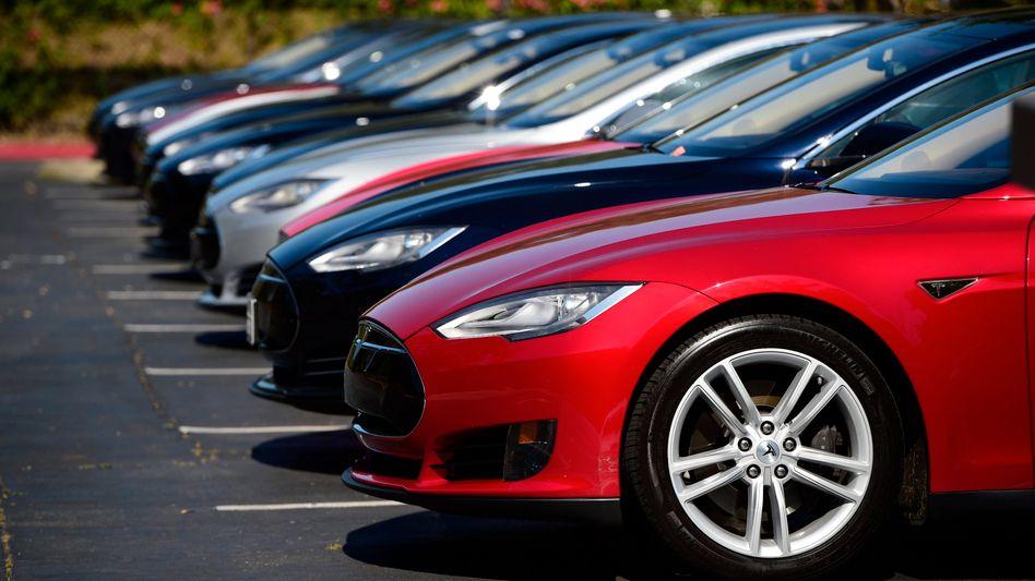 Tesla Model S - neue Typen des Elektrofahrzeugs vor der Firmenzentrale in Palo Alto, Kalifornien.
