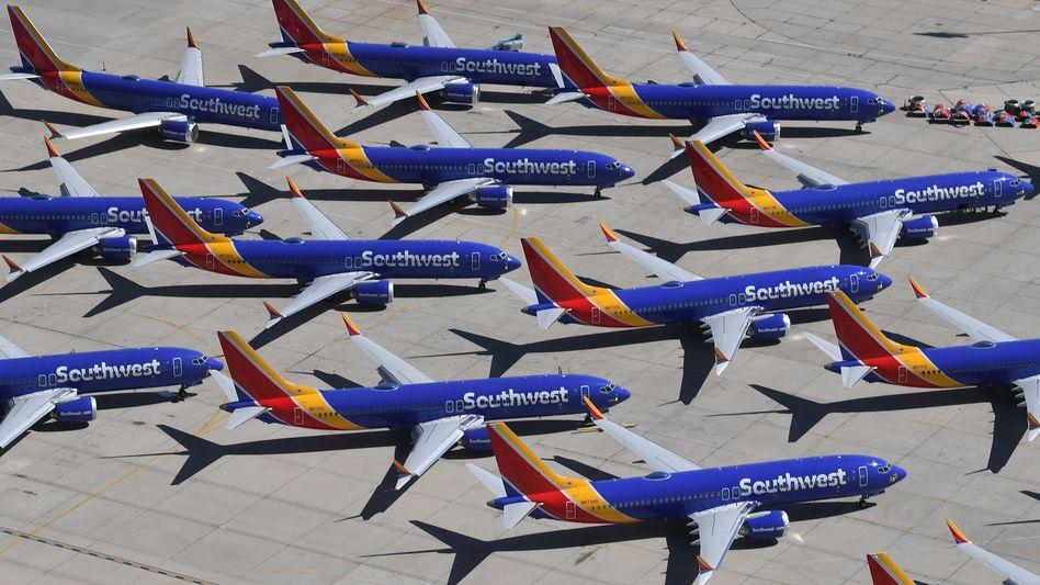 """""""Friedhof"""" der Flugzeuge: Gleich 34 Maschinen vom Typ Boeing 737 Max hat die Southwest Airlines in Betrieb. Sie dürfen weiterhin nicht starten. Die Piloten der Fluglinie haben Boeing jetzt wegen Verdienstausfalls verklagt."""