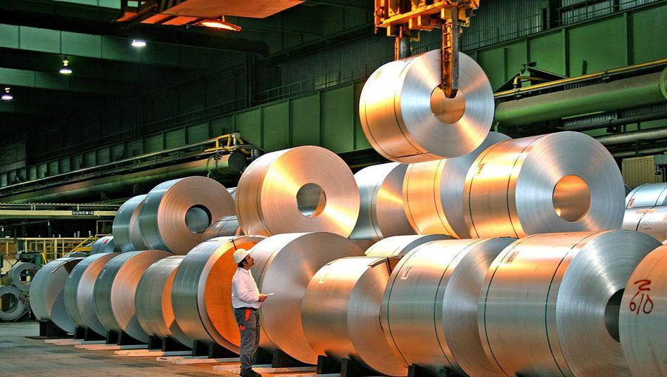 Arbeiter in Stahlwerk: Die hohe Nachfrage nach deutschen Investitionsgütern bringt auch die Binnenkonjunktur in Schwung