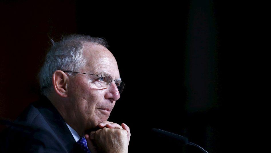 Wolfgang Schäuble: Der Gedanke, die Abgeltungssteuer abzuschaffen, treibt den Finanzminister schon länger um. 2017 könnte es soweit sein - dann müssten Anleger ihre Einkünfte aus Kapitalvermögen zu ihrem persönlichen Steuersatz versteuern, nicht mehr mit 25 Prozent