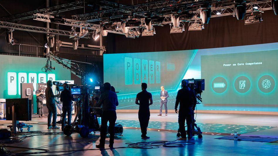 """Showtime: Volkswagen-Chef Herbert Diess auf der Bühne des """"Power Days"""""""