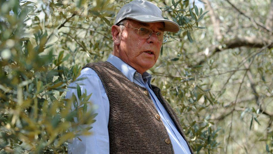 Der Herr der Bäume: Hartmut Bauder inmitten seines Olivenhains im Chitlang Valley, 100 Kilometer entfernt von Kathmandu
