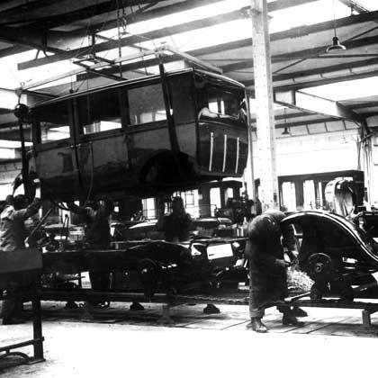 Moderne Fertigungsmethoden: Fließbandproduktion des Opel 4/16 PS im Jahre 1926