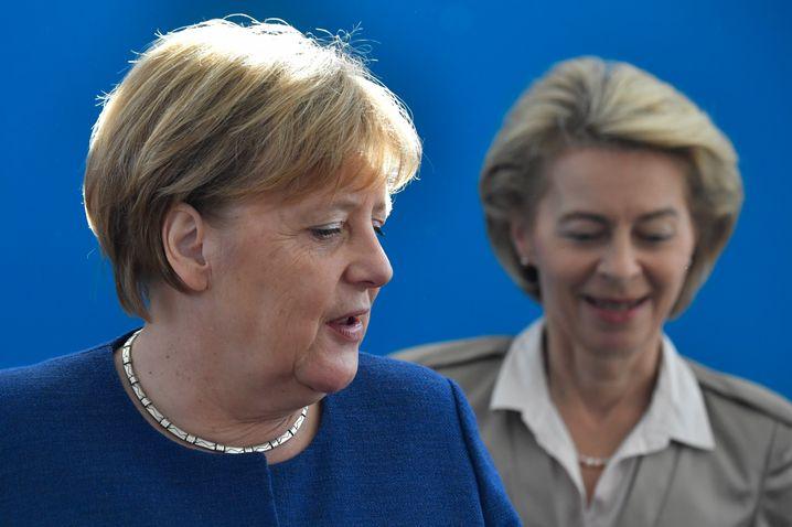 """""""Sozialisierter Machtgebrauch"""": Bundeskanzlerin Angela Merkel (hier vor Ursula von der Leyen)."""
