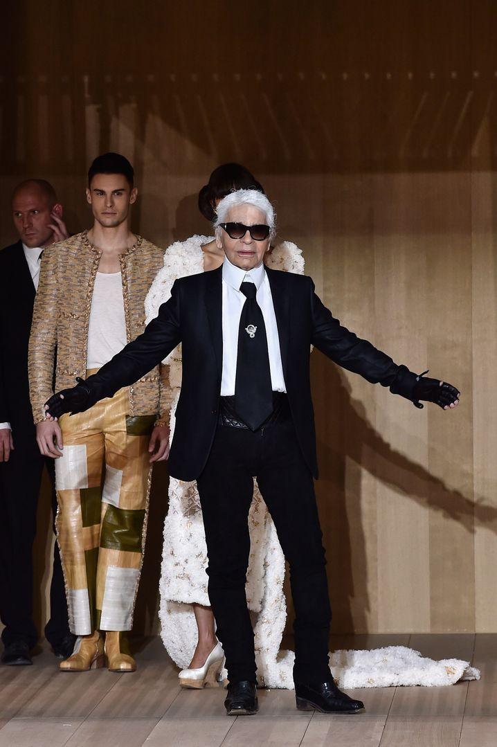 Chanel-Designer Karl Lagerfeld prägt seit langem das Modehaus, das angeblich trotz sinkender Umsätze eine Milliardenschwere Dividende ausgeschüttet haben soll